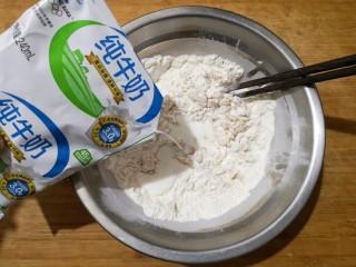 霜糖油条,在加入适量纯牛奶(牛奶的加入量根据你用的面粉的吸水率来决定,我用了大概200毫升左右,以和起的面团不软和不粘手为宜)。