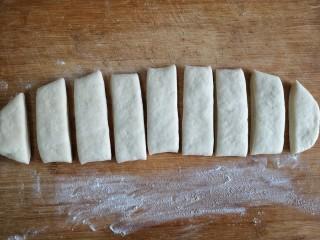 霜糖油条,切成宽约两指的长条。