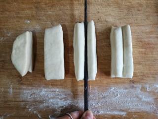 霜糖油条,将两个长条叠起,用筷子在中间向下压出一道印。