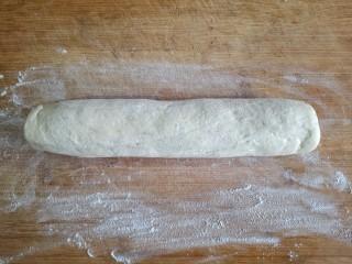 霜糖油条,面板上撒一层薄粉,发面取出后不要揉,直接在面板上轻轻搓成圆柱形。