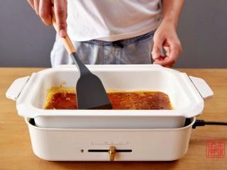 奉上这份经典,十三香小龙虾,锅子低火,放入油包,待油烧热。