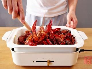 奉上这份经典,十三香小龙虾,并翻炒至全熟。