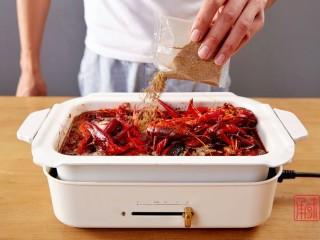 奉上这份经典,十三香小龙虾,然后分别加入调味料。