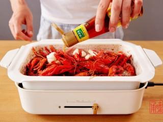 奉上这份经典,十三香小龙虾,加入适量的芝麻油就完成了,翻炒一下。