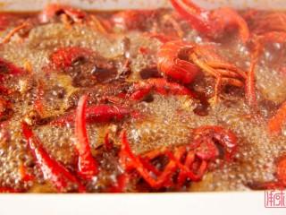 奉上这份经典,十三香小龙虾,煮沸后,不必盖上盖子,等待收汁即可。