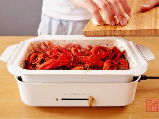 奉上这份经典,十三香小龙虾,放入蒜瓣儿。