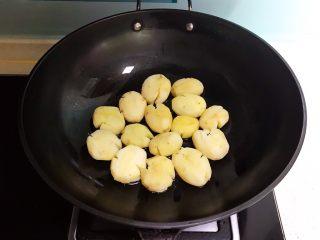 红烧土豆,炒锅烧热后1小勺玉米油,加入小土豆煎制,全程小火煎制