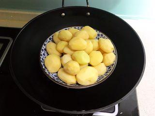红烧土豆,把小土豆放入蒸锅