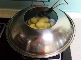 红烧土豆,烧开后蒸20分钟