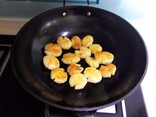 红烧土豆,煎制两面金黄即可