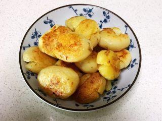 红烧土豆,把煎好的小土豆盛出来