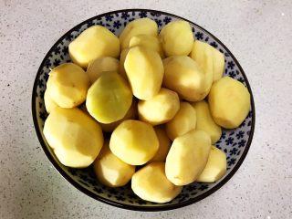 红烧土豆,小土豆清洗干净后削皮