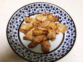 红烧土豆,把煎制好的五花肉盛出来