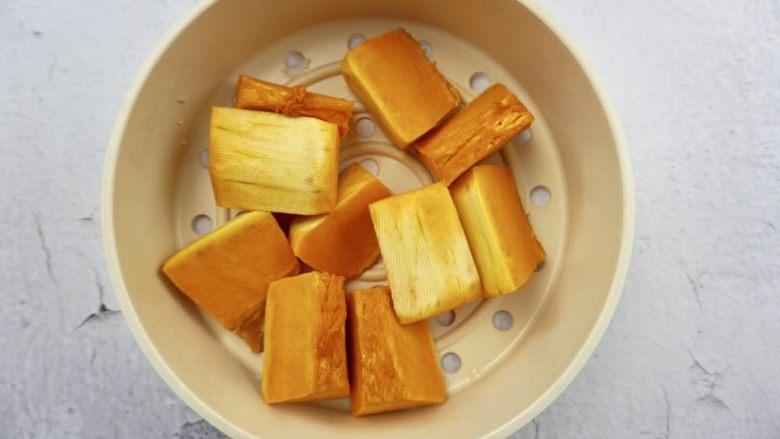 南瓜椰蓉面包条,南瓜切块上锅蒸熟捣成泥