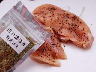 芦笋煎鸡胸肉,加入迷迭香增加口感。