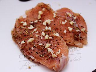 芦笋煎鸡胸肉,再加入绞碎的大蒜末,用保鲜膜密封后腌制40分钟。