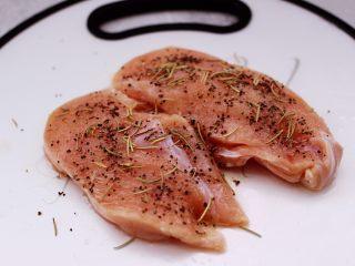 芦笋煎鸡胸肉,这个时候用手充分把鸡胸肉按摩。