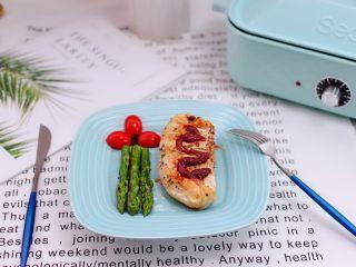 芦笋煎鸡胸肉,香浓四溢的香煎鸡胸肉就出锅咯,完美,味道不要太赞哟。