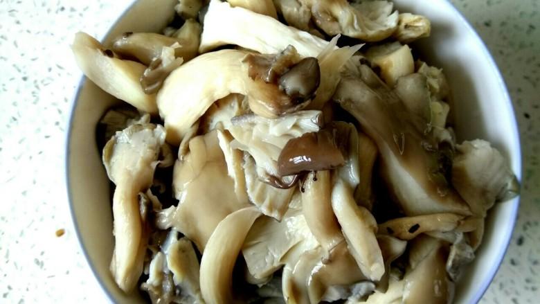 蘑菇尖椒炒鸡蛋,用手攥干水份放入盘中待用