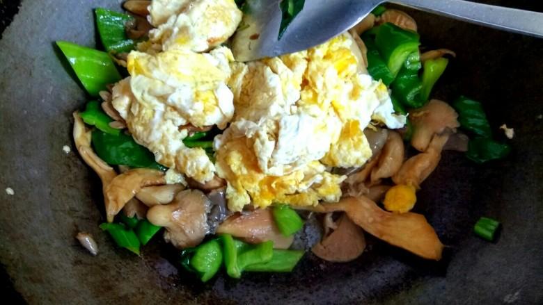蘑菇尖椒炒鸡蛋,加入鸡蛋