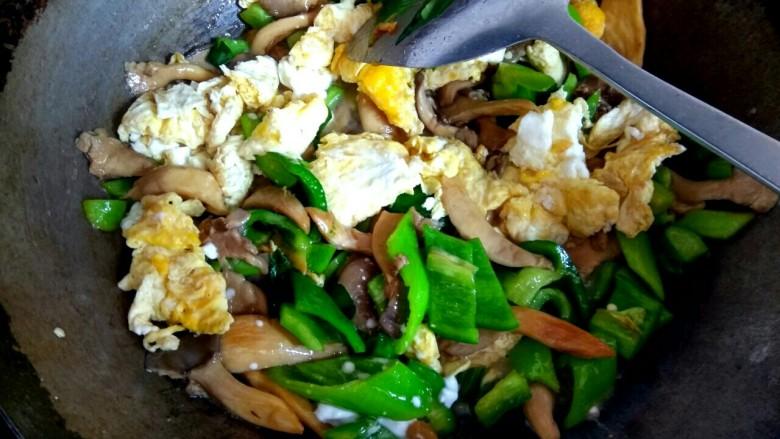蘑菇尖椒炒鸡蛋,加入淀粉汁