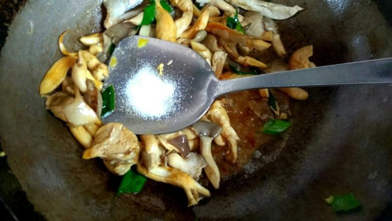 蘑菇尖椒炒鸡蛋,加入一勺盐翻炒