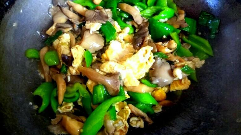蘑菇尖椒炒鸡蛋,大火烧开,汤汁粘稠,关火出锅