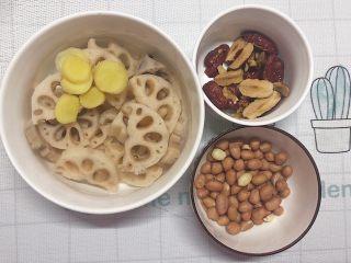在宿舍也能轻松做的莲藕滋补汤,-藕洗干净切片,姜也切片,花生和红枣提前清水浸泡半小时(用生花生即可)