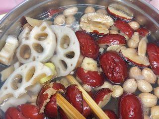 在宿舍也能轻松做的莲藕滋补汤,把所有材料下锅炖煮,沸腾后转小火煨一个小时左右,捞去浮沫,放盐调味后就可以出锅了。