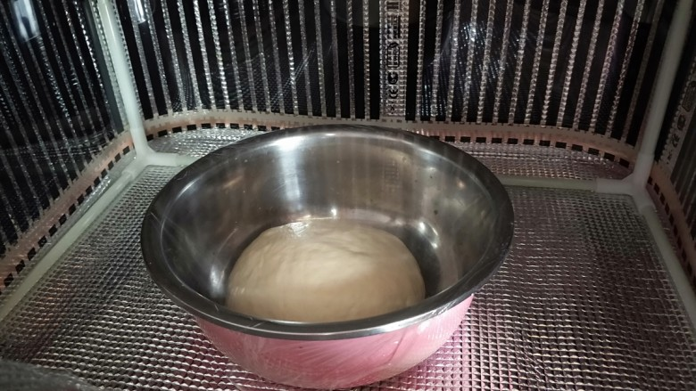 火腿香葱小面包,盖保鲜膜进行第一次发酵。我用发酵箱,30度,发酵一个小时