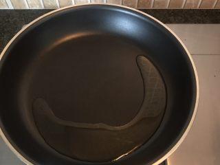 响油芦笋,锅中倒入适量油烧开
