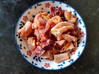 超简单家常版~香菇黄焖鸡,准备好一份新鲜的鸡块儿清洗干净。我用的是家养笨鸡,只用了半只