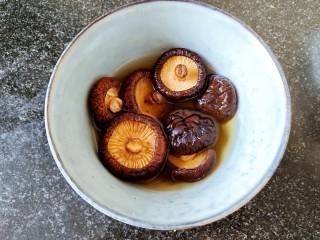 超简单家常版~香菇黄焖鸡,准备十几颗干香菇,清洗干净后用温水泡软。 用温水比较容易泡开,香菇质量不同。大约泡几个小时吧。