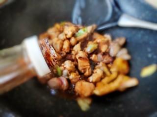 超简单家常版~香菇黄焖鸡,加入老抽酱油上上色,继续炒匀