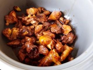 超简单家常版~香菇黄焖鸡,然后砂锅加热,把炒好的鸡块直接转移到砂锅里。