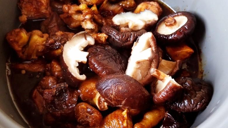 超简单家常版~香菇黄焖鸡,加入泡好的香菇,香菇可以整颗加入,也可以对伴撕开,也可以切开