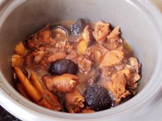 超简单家常版~香菇黄焖鸡,最后,砂锅炖煮到图中状态,汤汁浓稠了,就可以了!