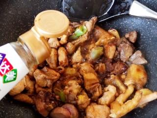 超简单家常版~香菇黄焖鸡,然后加入少许生抽酱油来提味增鲜