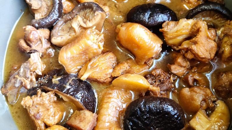 超简单家常版~香菇黄焖鸡,这样用砂锅煲的肉质鲜美,超级香。
