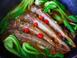酱焖红蟹鱼青菜,撒上首先的小米椒丁。