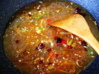 酱焖红蟹鱼青菜,锅中倒入适量的清水。