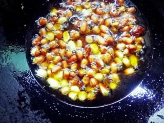 坚果牛肉香辣酱,花生米用水泡三小时后,沥干,放入锅中,倒油酥香脆。