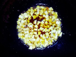 坚果牛肉香辣酱,杏鲍菇切粒,小火酥香。