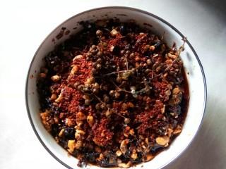坚果牛肉香辣酱,放海椒面和花椒在面上。