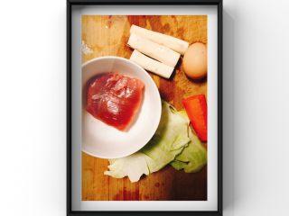 山药蔬菜蒸肉糕,所需食材:猪肉40g,胡萝卜15g,山药3小段,鸡蛋1个,包菜15g!