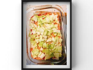 山药蔬菜蒸肉糕,倒入搅拌好的蔬菜肉泥铺平后撒上切碎的包菜后盖上一个盘子后大火上锅蒸25分钟后关火