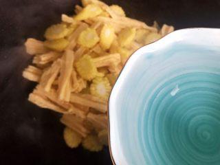 蚝油腐竹玉米笋,加适量热开水