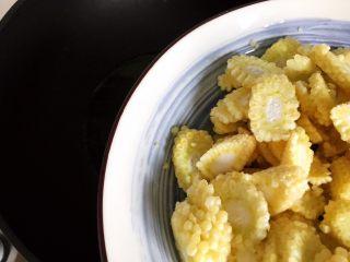 蚝油腐竹玉米笋,待锅内油七分热时下玉米笋