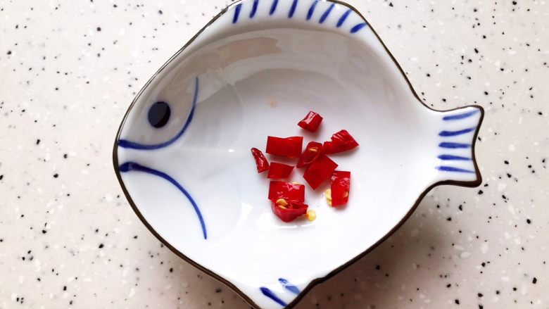 蚝油腐竹玉米笋,<a style='color:red;display:inline-block;' href='/shicai/ 86464'>干红辣椒</a>去蒂洗净之后切碎