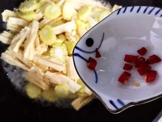 蚝油腐竹玉米笋,加入干红辣椒